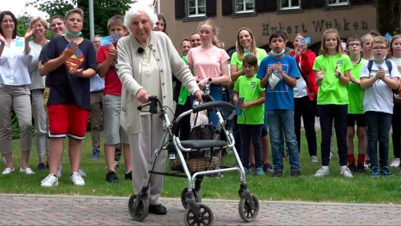 Spendenlauf mit dem Rollator (Foto: SAT.1 NRW)