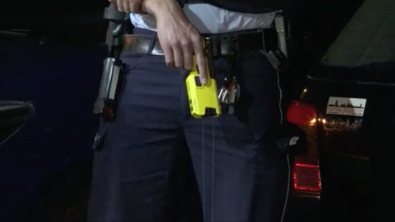 Taser helfen der Polizei im Einsatz (Foto: SAT.1 NRW)