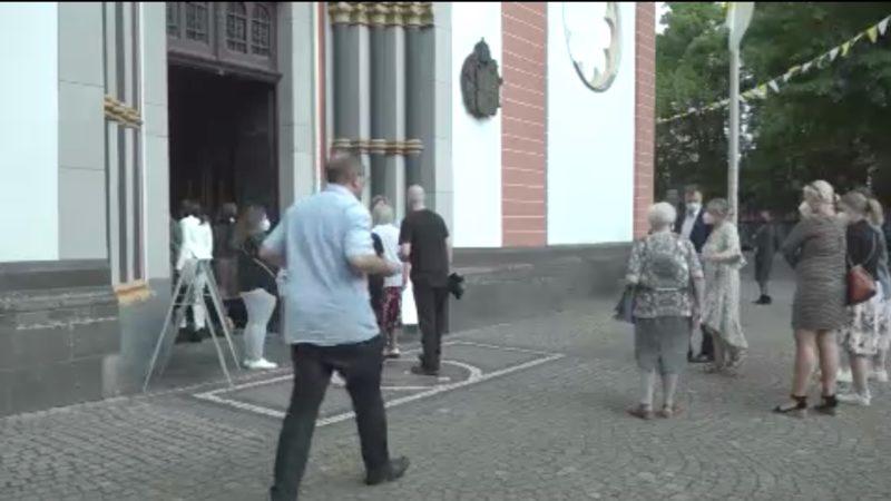 Kardinal Woelki firmt trotz Protesten (Foto: SAT.1 NRW)