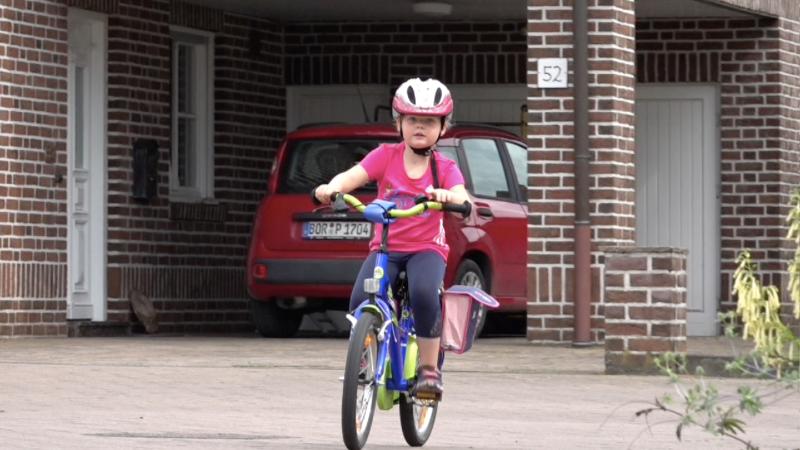 Vierjährige radelt für Spenden (Foto: SAT.1 NRW)