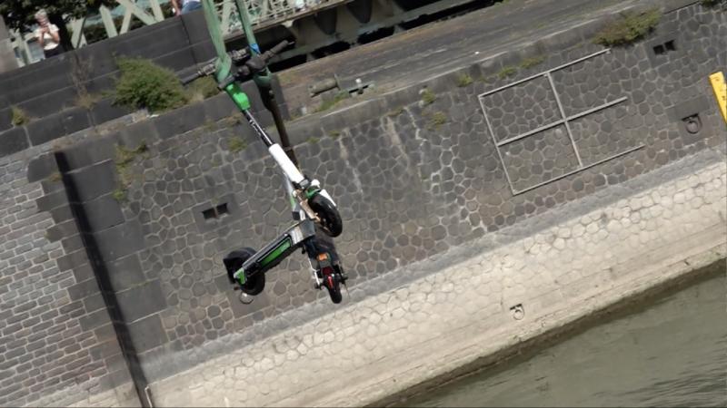 E-Scooter aus Rhein geborgen (Foto: SAT.1 NRW)